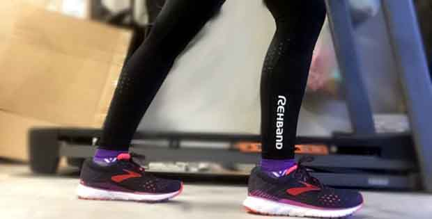 As I run more, I've noticed that if I don't spend ample time on my foam roller, I end up with creaky, angry knees. That's probably why I'm so excited to write this Rehband Runner's Knee ITBS Tights Review.
